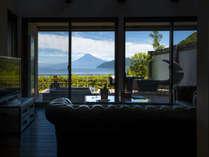 海に浮かび立つ富士を望む露天風呂付130平米客室の一例です
