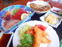 夕食例(2)お刺身、エビフライ、卵焼きと色んな料理をご用意