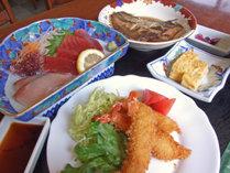 夕食例②お刺身、エビフライ、卵焼きと色んな料理をご用意