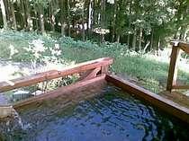 霊峰英彦山山系の地下水を加温、杉の厚板で作った露天風呂(利用時間18時から翌日12時まで)