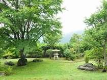 【ラウンジ】ラウンジからの庭園風景