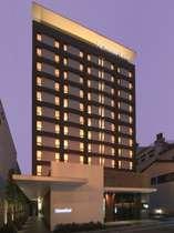 ホテル外観の夕景・・・繁華街に佇む異空間のホテル☆