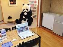 憩いのお部屋。PC、冷蔵庫、レンジ、自動販売機etc、お客様が交流する共有スペース。