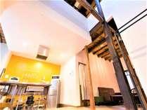 玄関土間からキッチンエリアとリビングルームを望む