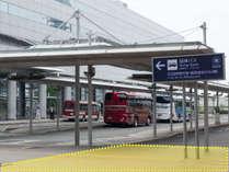 無料シャトルバスをご利用のお客様は、こちらの「団体バス南」の看板下でお待ちください。