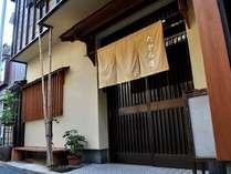 【外観】吉岡温泉の中心の足湯から、少し路地を入ったところにあります。