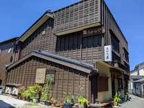 【外観】吉岡温泉中心の足湯から、1本筋を入ったところにあります。のんびり過ごしたい方におすすめ。