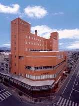 JR・近鉄「松阪駅」から徒歩2分。レンガ色の外観が目印です。