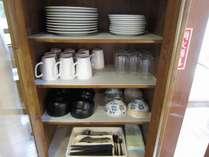 客室のキッチングッズ(お皿やグラス、お箸、ナイフフォークなど一通りの物が揃っております)