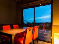 個室テーブル食事処「七姫」からは日本海や庭を望みながら旬のお料理をお楽しみください