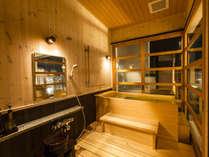 2階客室の「ヒノキ風呂」になります。