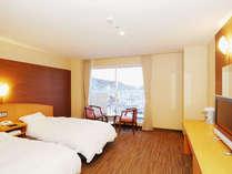 【32.4平米海側洋室ツイン】ゆったりとした室内と眺望も魅力的なお部屋です。