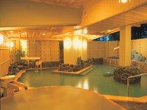 湯量豊富な自噴温泉の桧大露天風呂「花桧」
