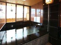 客室露天風呂(浴槽定員:2名様)でお寛ぎください