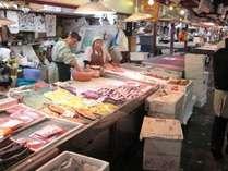 ホテルのすぐ横には青森の新鮮な魚介類を扱っている市場があります。