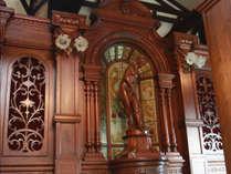 姉妹館の長者屋敷には、骨董品の大きな自動演奏オルガンがあります。記念日プランでお祝いの曲を奏でます。