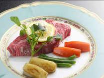 米沢牛ステーキを載せるお皿にもひと工夫。お洒落なNoritakeのお皿が料理をさらに味わい深くしてくれます。