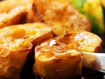 ■朝食■お召し上がり直前にローストする焼きたてフレンチトースト。シナモンとバニラビーンズの香りと共に