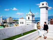 ■6Fテラスからの眺望■広がる青空、海と港町を望む。心地よい風を感じ、心も体も解き放たれる