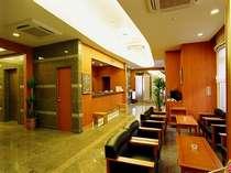 ロビー。15時から22時までセルフカフェコーナーにおいてコーヒーを無料でお楽しみ頂けます。