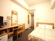 シングルルームのセミダブル(2名1室)利用時の一例、ベットの幅は140cmと2名で利用しても広々!