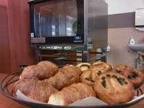 毎朝、オーブンで焼き立てのパンをご用意しています!