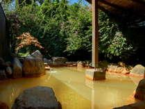 ブーゲンビレアに囲まれた源泉掛け流しの露天風呂