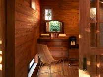 アンティークな家具も魅力的な露天風呂。