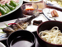 渓谷でとれる山女魚や四季折々の山菜と野菜を使った郷土料理をお楽しみください。