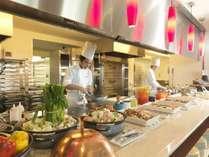 【ビュッフェレストラン「HAPO」】オープンキッチンから作りたてのお料理を提供いたします。