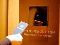 客室通路へはルームカードキーが必要となり、ご宿泊階のみお進みいただけるシステムを導入。