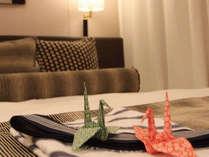 お部屋では折鶴がお出迎え致します。ほっと安らぐ瞬間です。