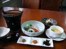 自家製のお豆腐、地元で取れた細め昆布、まだらの子、ふき味噌の3点盛り、海鮮サラダの自慢の朝食です。