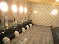 広々とした男性大浴場にはシャワーが5台シャンプー・コンディショナー・ボディソープも設置