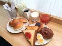 朝食はセルフサービス♪パンの種類は4~5個でご用意しております☆