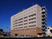 地上8階の建物、夜には「緑のネオン管」が目立ちます。