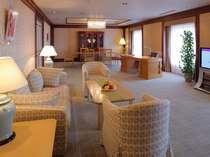プレジデンシャルスイートルームのリビング。部屋の広さは143.97平米と札幌市内屈指の広さです。