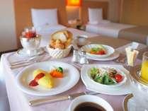 朝食はルームサービスでご用意いたします。優雅なひとときをお楽しみください。