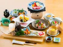 <スタンダード会席>黒毛和牛の陶板焼きが標準でも付くお得さ!海の幸がたっぷりのお料理です(一例)。