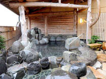 露天風呂。ラドン含有の天然温泉を心行くまでご堪能ください。