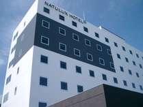 7階建ての白とグレーのスタイリッシュな外観が目印です