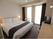 【スタンダードダブル】白を基調としたモダンな客室