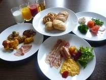 【ビストロ・ブルゴーニュ】朝食は彩り豊かな和洋バイキング。お好きなものを召し上がり下さいませ。