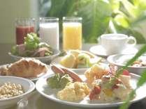 バターたっぷりのデニッシュ、海軍カレーや、彩り豊かなお野菜で、朝からおなかも大満足♪