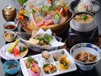 豪華会席は、6種類の小鉢を6マスのパレットに盛り込んだ前菜を初め。メインはイカと本日の魚の5点盛り