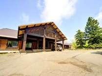 *森の中に佇む当館。国内最大級の洋風完全木造建築にて癒しの休日をお過ごし下さい。