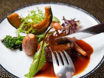 *【夕食(フレンチコース一例)】口の中でとろける柔らかな肉質が特徴の青森県産牛肉。