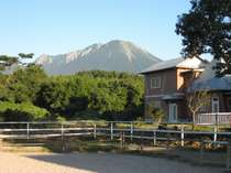 馬場から眺める大山とコテージ