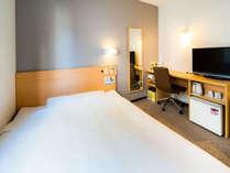 140cm幅のワイドベッドを使用したシングルルーム