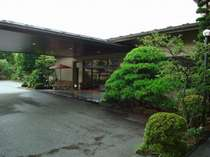 松の木と玄関